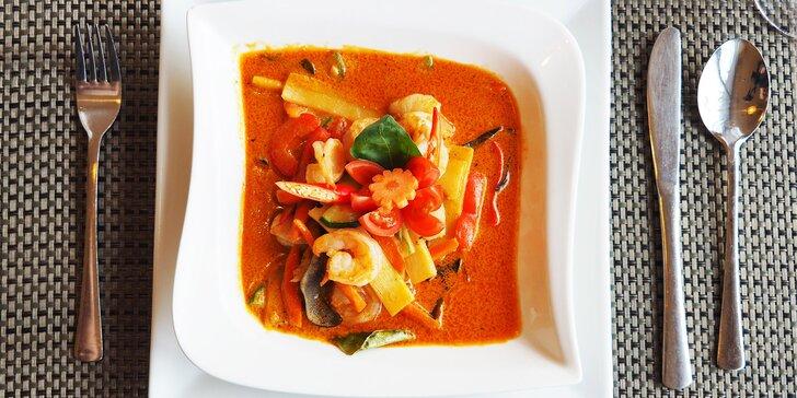 Jarní závitky a krevety na červeném kari s rýží, kokosovým mlékem a rajčátky