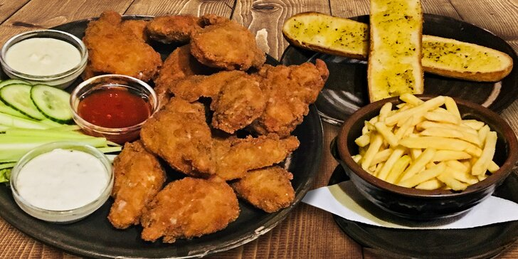 1,5 kila kuřecích křídel, hranolky, rozpečená bageta a 3 omáčky