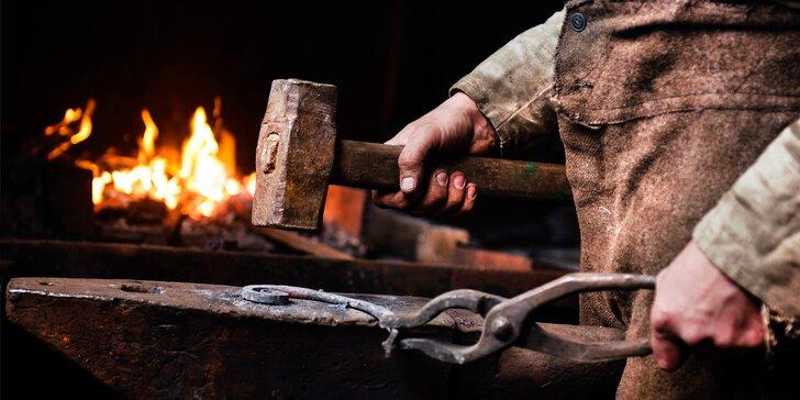 3–5 hodin v kovárně: kurz s kovářem a výroba zvonečku, svícnu či nože