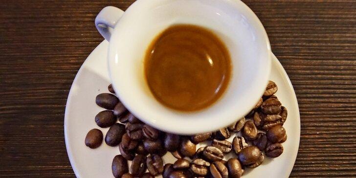 Kelímek kvalitní italské kávy ze sousedské kavárny: energie na celý den