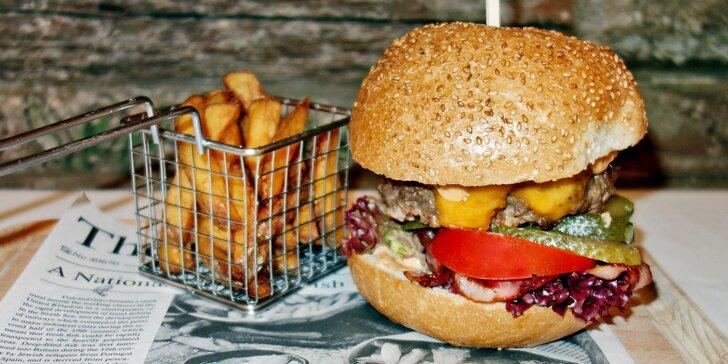 Dva hovězí burgery s hranolky v klubu v bývalém měšťanském domě