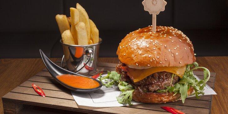 Hovězí burger a hranolky v pražském podhradí pro 1 nebo 2 osoby