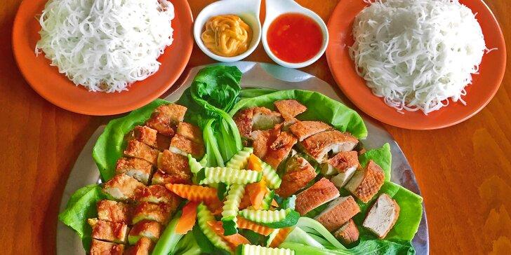 Japonsko na talíři: 3 druhy masa à 200 g s rýžovými nudlemi a salátem