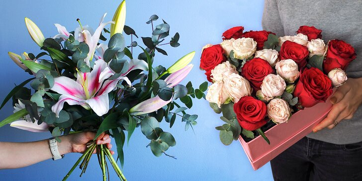Kytice lilií nebo růže v srdíčkové krabici s rozvozem po Praze zdarma