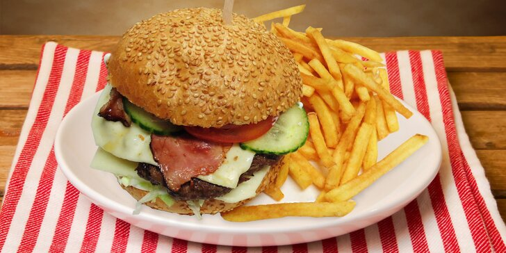 Domácí maxi burger nebo cheeseburger, hranolky a nápoj i pro dva