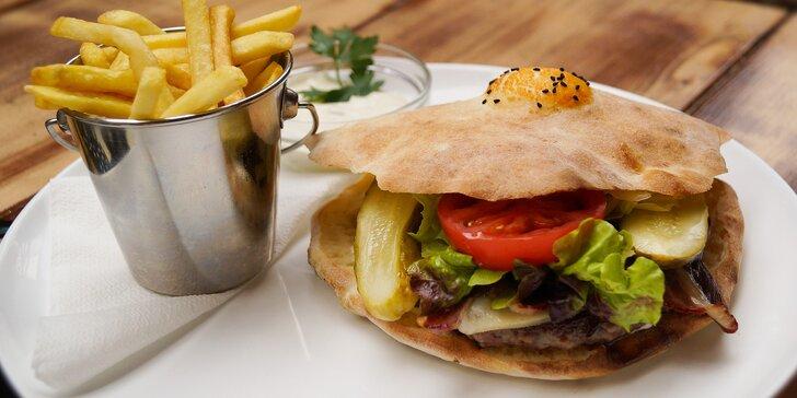 Bosenský burger s mletým hovězím a masem pečeným na lávovém kameni