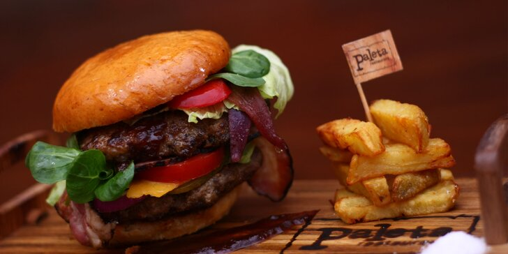 Double burger s perfektně zpoměrovaným masem a domácími hranolky