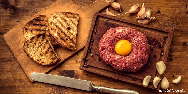 Sen milovníků masa: 200 g hovězího tataráku z pravé svíčkové a topinky