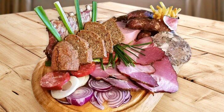 Zpátky v čase: středověký talíř se žebry, uzeným, klobásami, škvarky i špekem