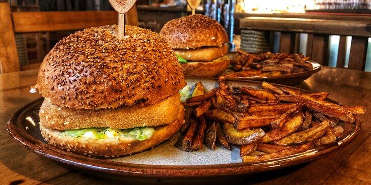 2 vegetariánské burgery se sýrem v sezamové bulce a s domácími hranolky