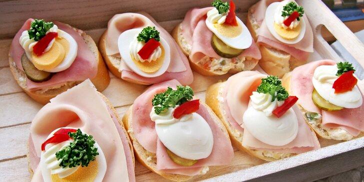 Oslava bez starostí: 10 nebo 30 chlebíčků se salátem a šunkou i sýrem