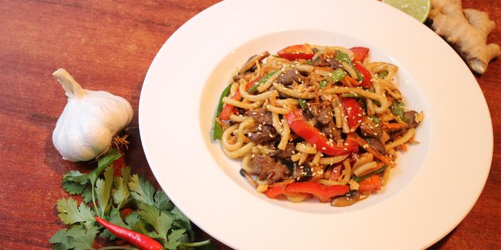 Asijské menu: smažené závitky a nudle s masem a zeleninou