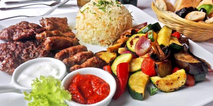 Balkánské speciality pro dva: pleskavica, čevabčiči a grilovaná zelenina