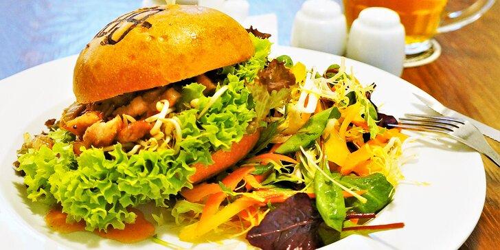 Trhaný vepřový bůček v domácí bulce a jarní salátek v restauraci Sborovna
