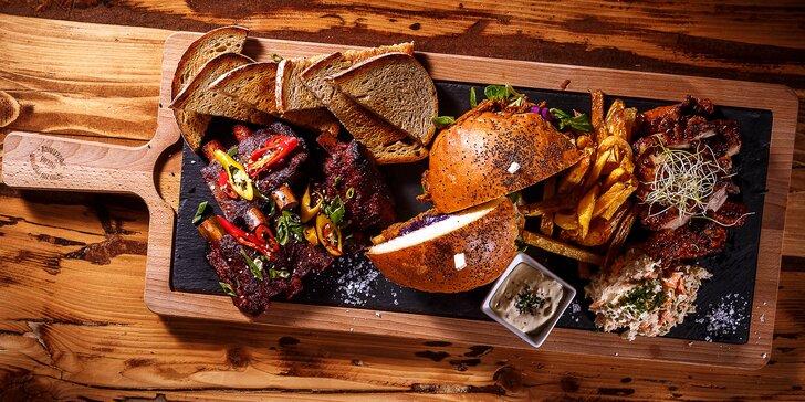 Masové prkno pro dva: žebírka, kuřecí steak a burger s trhaným vepřovým