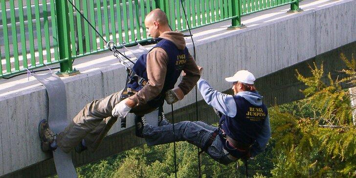 Vyžeňte adrenalin na maximum: slaňování 62m mostu nad údolím Hačky