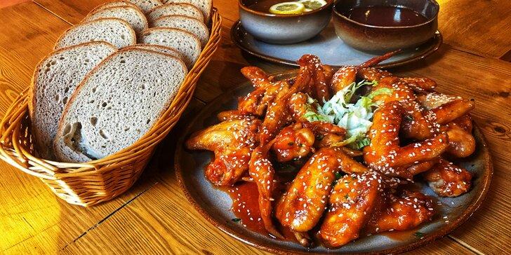 Nadlábněte se s přáteli: 1-2 kg kuřecích křidélek grilovaných na medu