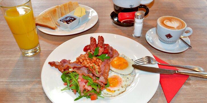 Anglická snídaně: sázená vejce, fazole a slanina s opečenými toasty