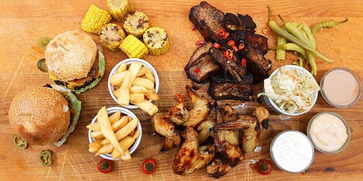 BBQ bašta pro 2-4: vepřová žebra, marinovaná křidélka, jalapeños burger i hranolky