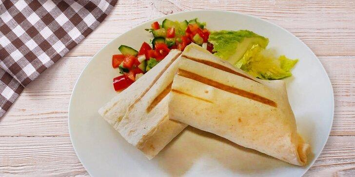 Zdravý oběd nebo svačina: tortilla s kuřecími stripsy či výběr ze salátů