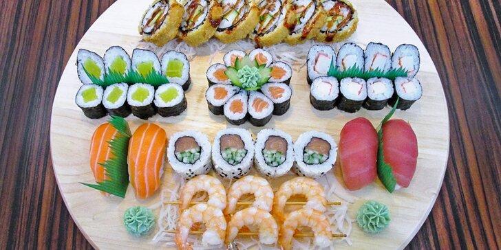 44 kousků sushi: sake maki, ebi kushiyaki i italian roll + sushi salát a wasabi