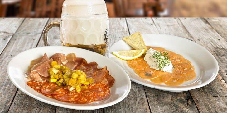 Sdílejte radost z jídla: 4 talíře teplých a studených tapas a 2 šnyt piva