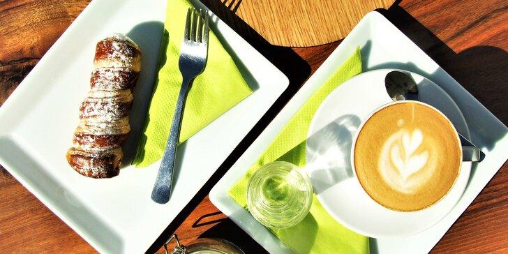 Káva, čaj nebo horká čokoláda s máslovou trubičkou pro 1 nebo 2 osoby