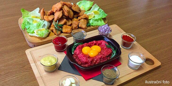 Masová hostina pro celou partu: kilo kuřecích řízečků a velký hovězí tatarák