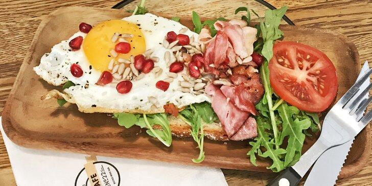 Snídaně all you can eat podávané po celý den: anglická, česká, fit a další
