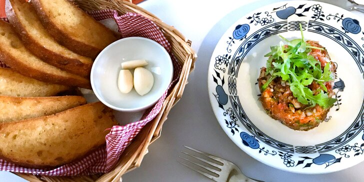 300 g tataráku namíchaného s kapary, cornichons a k tomu 6 topinek