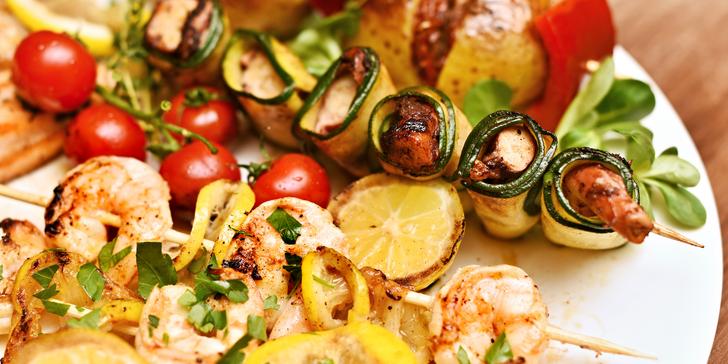 Grilované ryby a mořské plody: krevety, losos i treska, příloha a palačinka
