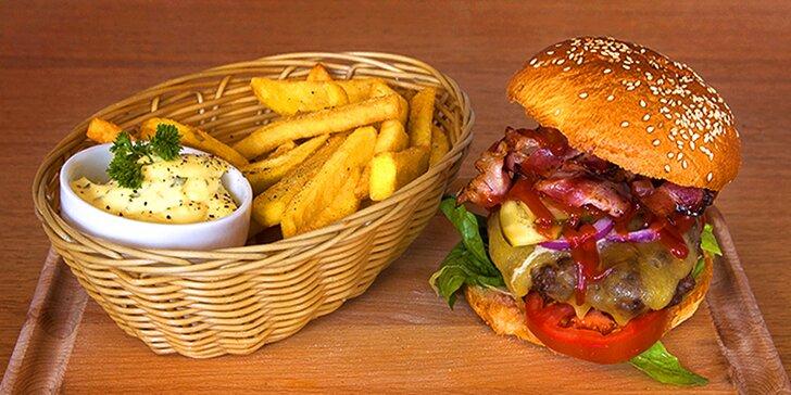 1 nebo 2 šťavnaté burgery se 175 g masa, steakové hranolky a omáčka
