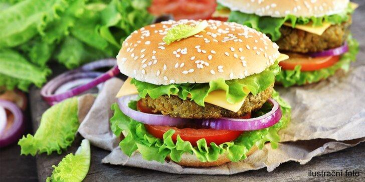 Lahodné vegan burgery z čerstvých surovin: sója, veganský sýr, zelenina