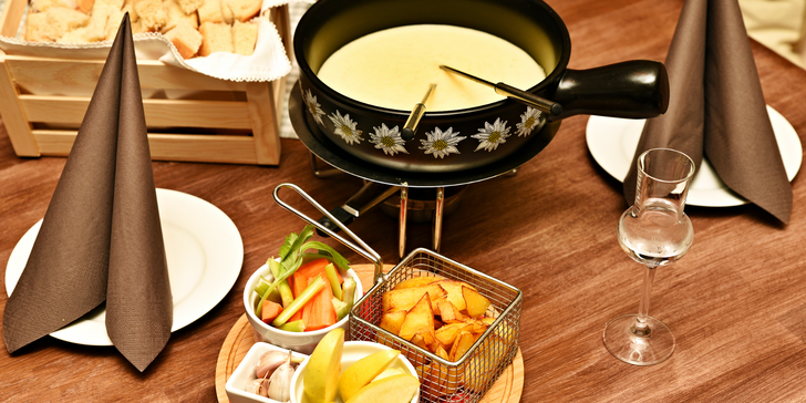 Švýcarská specialita na Újezdě: sýrové fondue s pečivem a hranolky pro dva