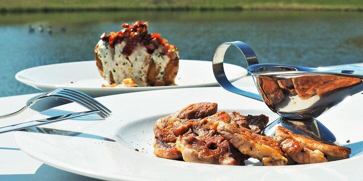 3chodové menu u jezírka: rajčátka s pestem, panenka a limetkový dezert