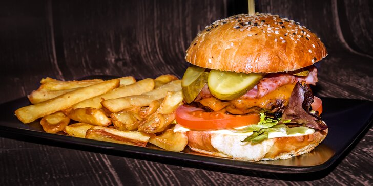 2 burgery s masem z českého býčka v domácí žemli s hranolky a dresinkem