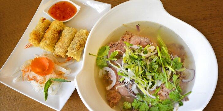 Vydejte se na cestu Asií: Thajské kari nebo vietnamská polévka Phở se závitky