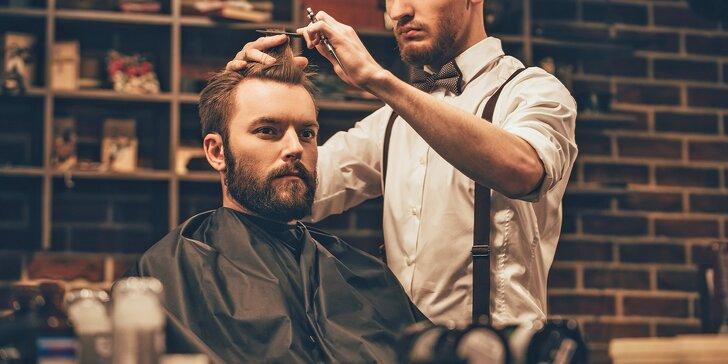 Luxusní barber péče o vlasy i vousy a sklenka whisky Jack Daniel's Tennessee