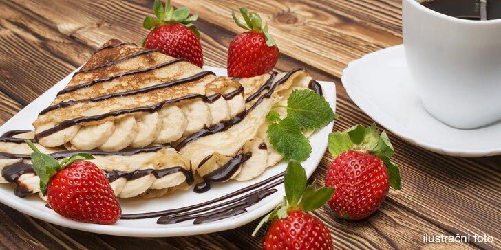 Bohatá snídaně v kavárně: toasty se salátem, palačinky se smetanou i káva