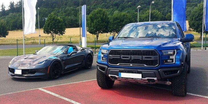 Osedlejte americké legendy: jízda ve vozech Chevrolet Corvette a Ford Raptor