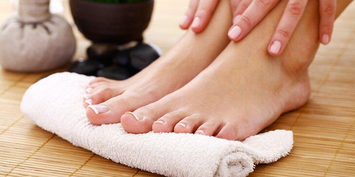 Kompletní mokrá pedikúra s lakováním pro krásné a zdravé nohy