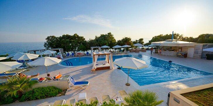 4* hotel na ostrově Pag: soukromá pláž, bazény, polopenze + dítě zdarma