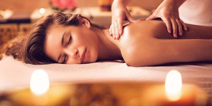 Levandulová masáž s nahřátými měšci pro dokonalé uvolnění zad v salonu Thai Sun