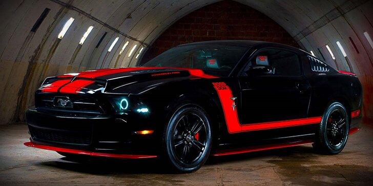 Celodenní zapůjčení upravené legendy Ford Mustang v černočervené barvě
