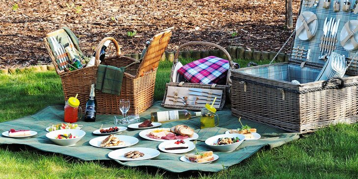 Piknik s výhledem na jezero: koš plný dobrot, případně i láhev vína