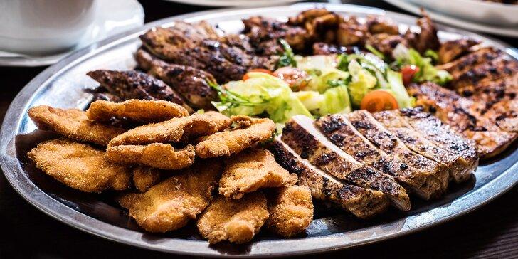 1 kg masa s přílohami: steaky, krkovička, míchaný salát a americké brambory
