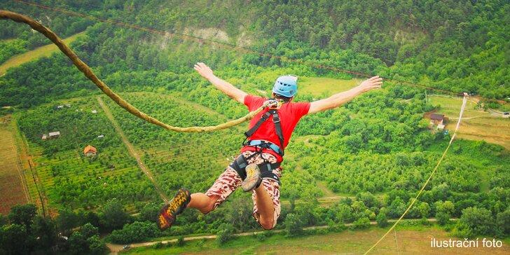 Až z výšky 120 metrů volným pádem: extrémní bungee jumping z jeřábu