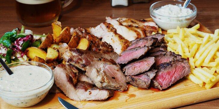 Prkno se 3 druhy steaků po 200 g, hranolky, am. brambory a 2 omáčky