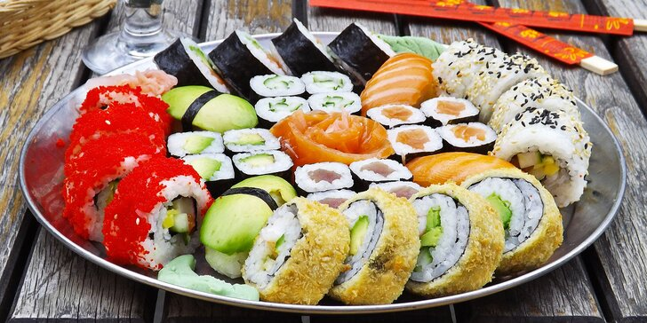 Barevné poklady Asie: 22, 30, 34, 42 nebo 50 ks sushi i wakame salát s sebou