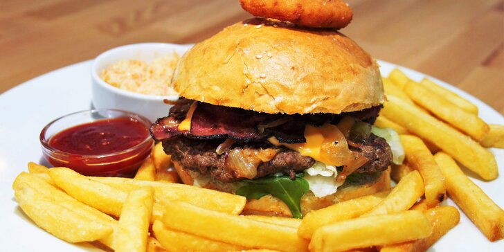 Hovězí, kuřecí nebo vegetariánský burger, porce hranolků a cibulový kroužek